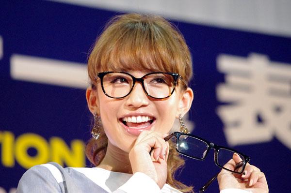 (写真7)優木まおみさんが手にしているのは、副賞のメガネ 59 HYSTERIC(ゴーキュー ヒステリック)の BYLON(バイロン)。image by GLAFAS【クリックして拡大】