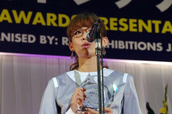 (写真8)受賞のよろこびを語る優木まおみさん。掛けているメガネは GOSH(ゴッシュ)の GO-815-2。image by GLAFAS【クリックして拡大】