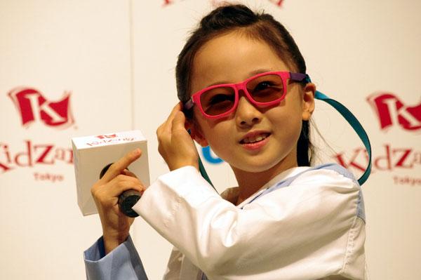 完成したサングラスを掛けて、笑顔を見せる本田望結ちゃん。image by GLAFAS