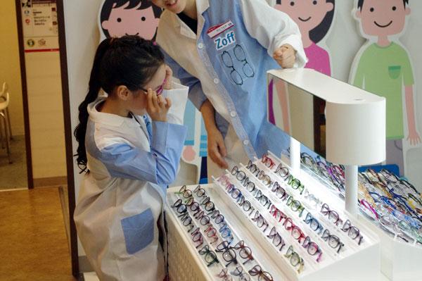 選んだフレームを鏡で確かめる本田望結ちゃん。image by GLAFAS