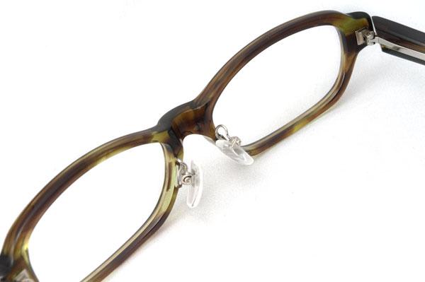 ATTRACT(アトラクト)のメガネフレームには、オリジナル設計の鼻パッド(鼻あて)が使われている。image by GLAFAS【クリックして拡大】