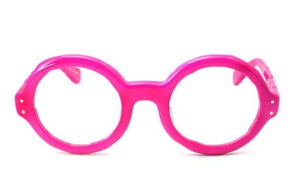 (写真2)MASAHIROMARUYAMA(マサヒロマルヤマ)MM-0004 カラー:No.5 pink を正面から見たところ。ほどよいリム(ふち)のボリューム感と、レンズシェイプとのバランスが絶妙。image by GLAFAS【クリックして拡大】
