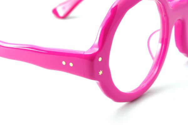 (写真3)MASAHIROMARUYAMA(マサヒロマルヤマ)MM-0004 カラー:No.5 pink のクローズアップ。カシメ金具もアシンメトリー(左右非対称)。こんなところに惹かれるひともいるのでは?image by GLAFAS【クリックして拡大】