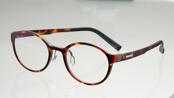 (写真3)Betapla Premium(ベータプラ プレミアム)14-5005 カラー:2(DemiBrown)。価格:18,900円(レンズ込み)。image by メガネスーパー【クリックして拡大】