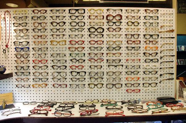 (写真)壁にズラリと並べられたフレームのサンプルを見ながら、どんなメガネをオーダーするか?をじっくりと選んでみたい。【クリックして拡大】