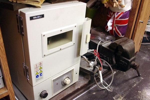 (写真)フレームにカーブをつける際に温める「温熱機」。【クリックして拡大】