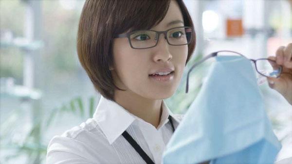メガネを拭く夏菜さん。image by 愛眼【クリックして拡大】