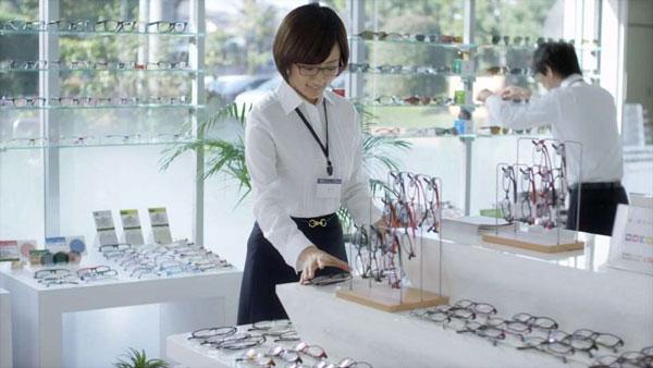 店頭にならんだメガネを整えたり…。image by 愛眼【クリックして拡大】