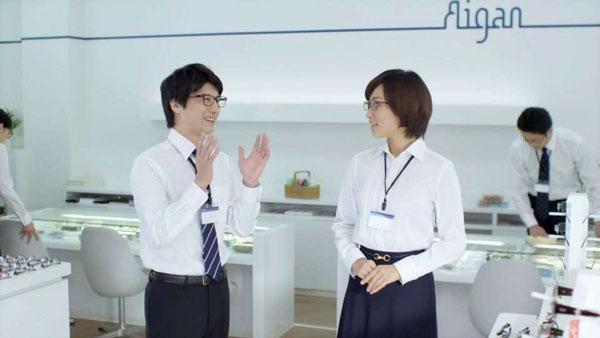 同僚とのコミュニケーションもしっかり。image by 愛眼【クリックして拡大】