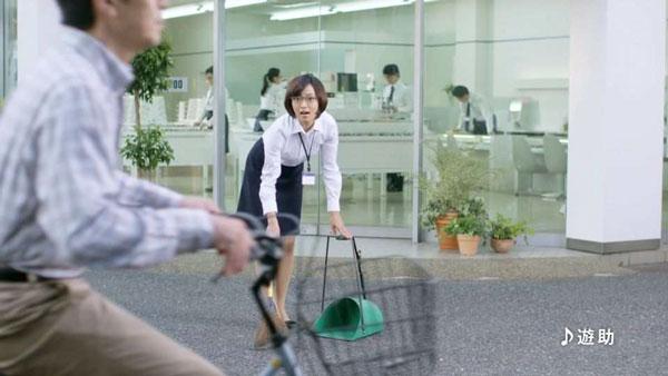 店舗の前を掃除して…。image by 愛眼【クリックして拡大】