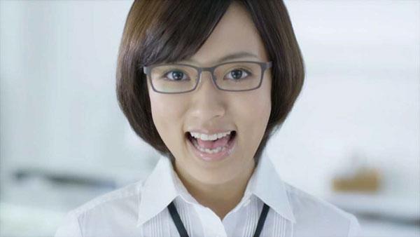 笑顔の夏菜さんがアップに。image by 愛眼【クリックして拡大】