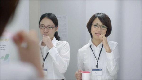 同僚と一緒に歯磨き。image by 愛眼【クリックして拡大】
