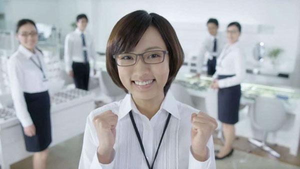 笑顔でガッツポーズ。image by 愛眼【クリックして拡大】