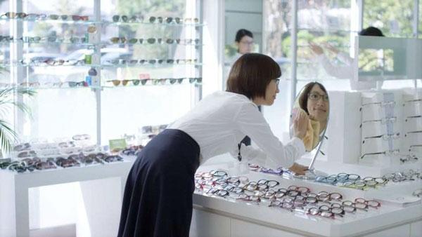 鏡をキレイに拭いて…。image by 愛眼【クリックして拡大】