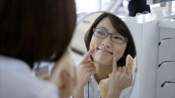 鏡に向かって笑顔をチェック。image by 愛眼【クリックして拡大】