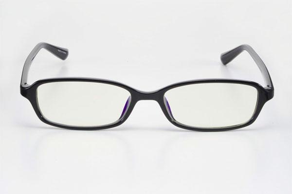 エレコム PC GLASSES(クリア)OG-ABLC05シリーズ。 カラー:ブラック(写真)・ブラウン・ブルー・グリーン・パープル。 質量:16g。オープン価格。image by ELECOM