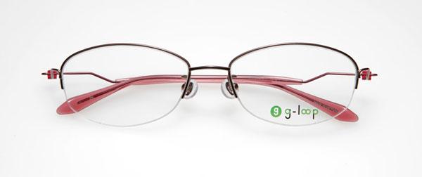 (写真4)眼鏡市場 g-loop(ジーループ)GLP-103。カラー:パープル、レッド、ピンク(写真)、ダークグレー。重さ:5.2g。サイズ:52□17-135。価格:15,750円(レンズ込み)。