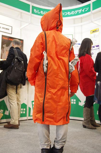 (写真6)FINAL HOME「HOME1」は、ポケットに新聞紙を入れれば防寒着に。