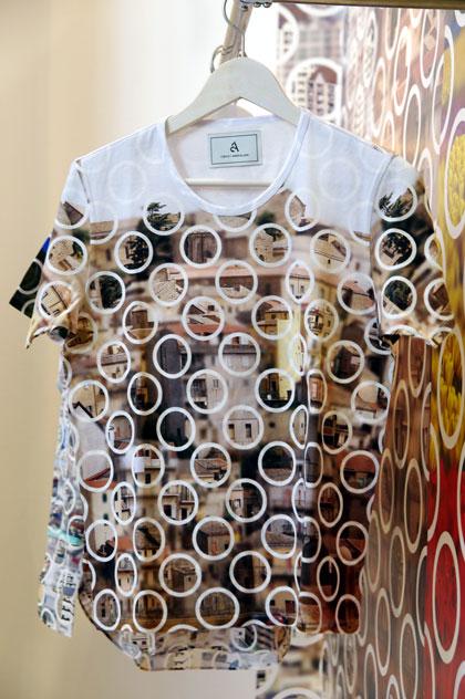 adlens × ANREALAGE AA(ダブルエー)プロジェクト[Tシャツ」。 サイズ:0・1・2。価格:12,600円。