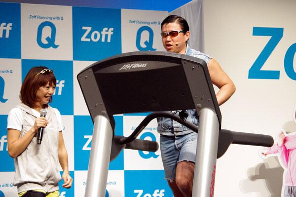 「ワイルド」に走るスギちゃんと、それを見つめる高橋尚子さん。【クリックして拡大】