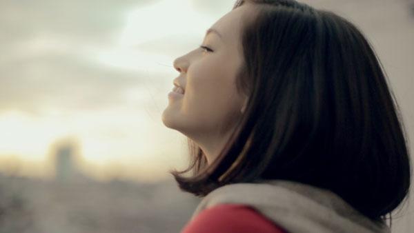 朝の空を見つめる水原希子さん。【クリックして拡大】