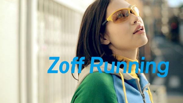 Zoff Running with Q を掛けた水原希子さん。「ゴールドミラー」のレンズを装着している。【クリックして拡大】