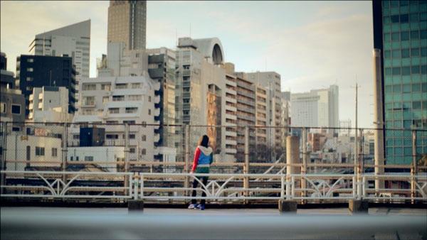橋の上から何を見つめているのか。【クリックして拡大】