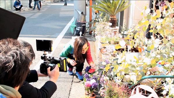 花屋のシーンで、きれいな花につい見とれてしまった水原希子さん。【クリックして拡大】