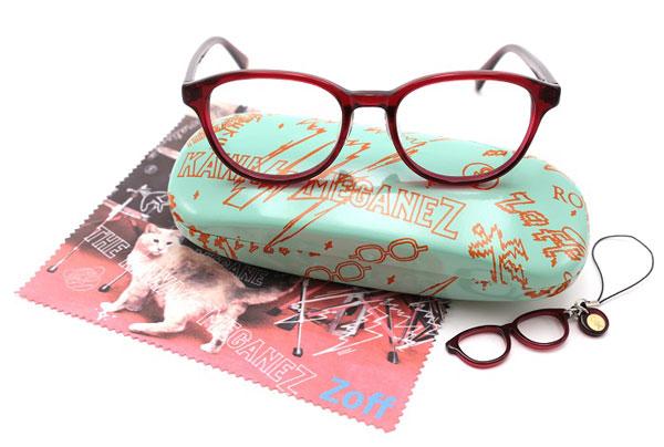 THE KAWAII MEGANEZ(ザ・カワイイ メガネズ)青柳文子モデル。 全3色。価格:5,250円(標準レンズ付き)。 専用ケース、メガネ拭き、チビメガネストラップもセット。 image by インターメスティック