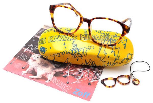 THE KAWAII MEGANEZ(ザ・カワイイ メガネズ)三戸なつめモデル。 全3色。価格:5,250円(標準レンズ付き)。 専用ケース、メガネ拭き、チビメガネストラップもセット。 image by インターメスティック