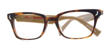 レンズ両脇に施された USH(アッシュ)のアイコンである「角」をかたどった飾り鋲がアクセントに。image by EROTICA【クリックして拡大】