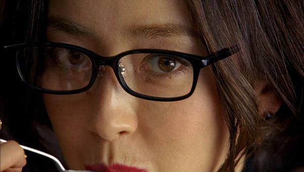 JINS CLASSIC 新CM「宮沢りえ」篇は、宮沢りえさんの顔のアップからスタート。【クリックして拡大】