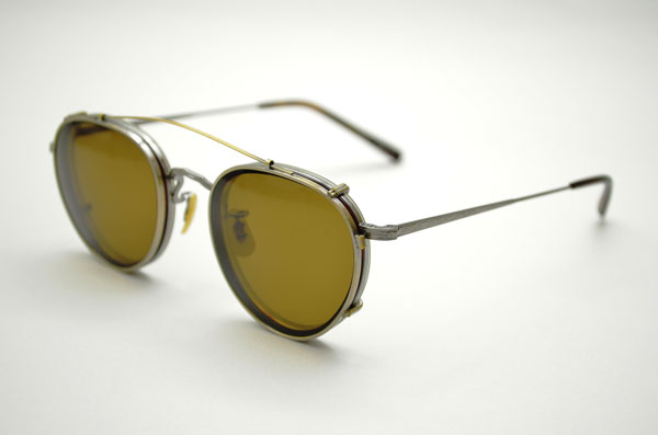 OLIVER PEOPLES × Continuer MP-2 カラー:H に、「クリップオン サングラス」【AG(アンティークゴールド)/ BR(ブラウン)】を取り付けたところ。image by  Continuer【クリックして拡大】