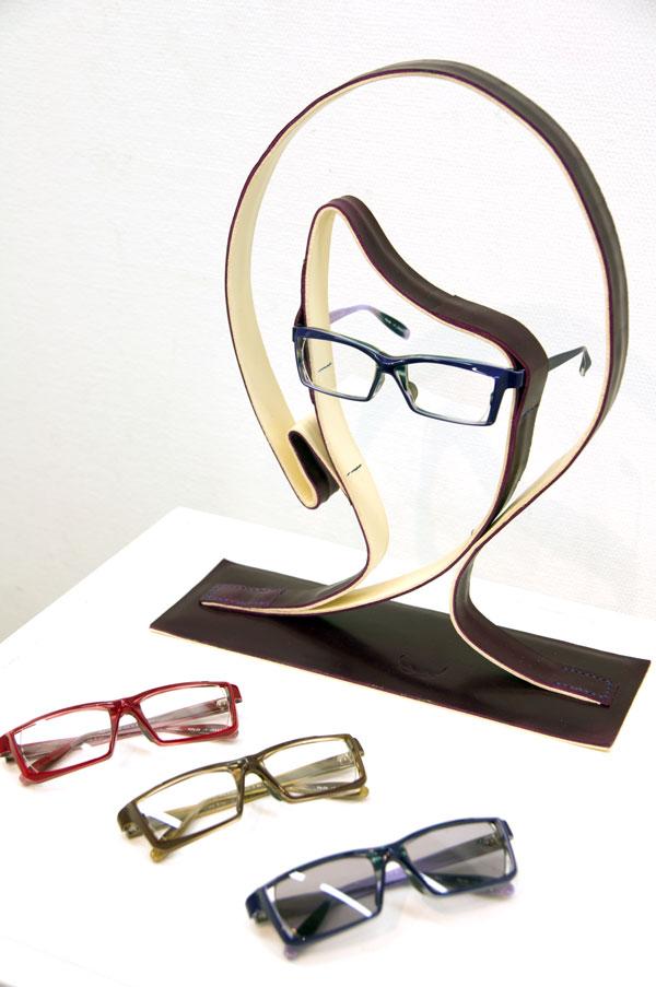 「ニューウェリントン」が発表された展示会「メガネオトナレ」では、顔の形を模したレザー製のディスプレイとともに展示されていた。【クリックして拡大】