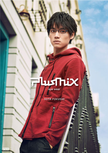 plusmix(プラスミックス)PX-13527 カラー:830(ブルーグレー)を掛けた福士蒼汰さん。image by SEED【クリックして拡大】
