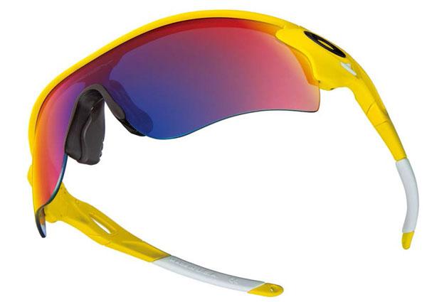 松山英樹プロが着用する Oakley(オークリー)は、勝負カラーのイエローのフレーム、ポジティブレッドのレンズカラーを組み合わせたカスタム仕様。image by オークリージャパン