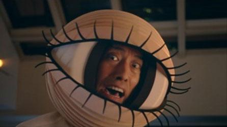 メガネスーパー TV-CM「トキメキ」篇では、筧利夫さんが「目」を演じる。image by メガネスーパー