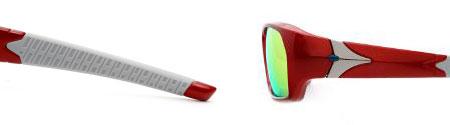 (左)テンプル(つる)先端部のラバー裏側には、「ウルトラセブン」の胸ものとの柄が再現。 (右)丁番には、「ウルトラセブン」のトレードマークである「ビームマーク」がグリーンで表現。 image by JINS