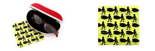 (左)「ウルトラマン × JINS」には、オリジナルケース&メガネ拭きがセット。 (右)オリジナルメガネ拭きの柄は「バルタン星人」。 image by JINS