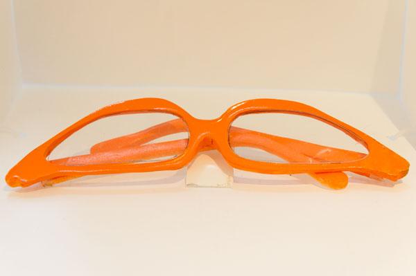 こんな色とカタチのメガネを掛ければ、きっと「しかめ面」には見えないはず。 【クリックして拡大】