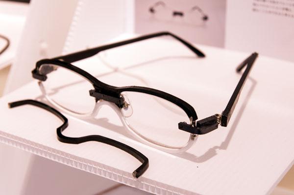 テンプル(つる)が交換できるメガネは見たことがあるが、 リム(ふち)を着脱できるメガネを見るのは初めてかも。 【クリックして拡大】