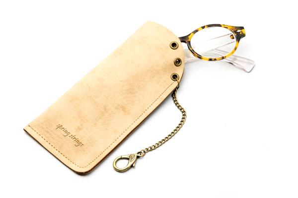 メガネを入れるとこんな感じ。ステッチやロゴもいい雰囲気。 image by GLAFAS 【クリックして拡大】