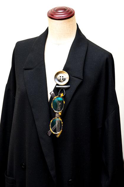 コートの襟元に付けるとこんな感じ。 image by GLAFAS 【クリックして拡大】