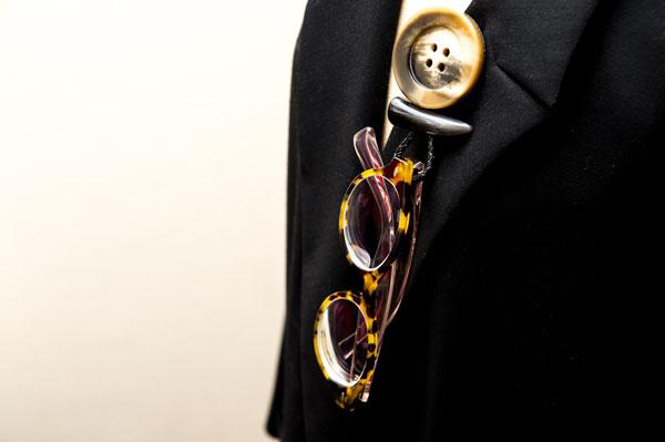 太めのメガネフレームもしっかりと支えてくれる。しかも、かわいい。 image by GLAFAS 【クリックして拡大】