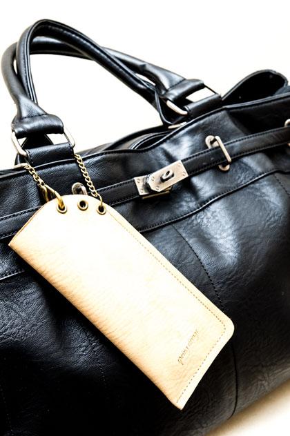 spring strings(スプリング ストリングス)のヌメ革製ケースをバッグに付けるとこんな感じ。 image by GLAFAS 【クリックして拡大】