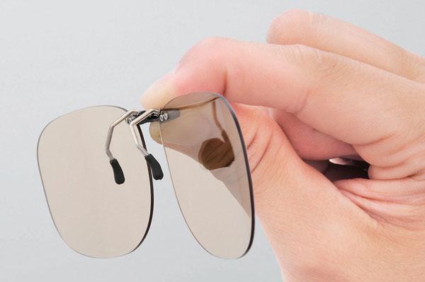 エレコムの PC GLASSES(眼鏡装着タイプ)は、自分のメガネにはさむだけでブルーライト対策ができる。 image by ELECOM 【クリックして拡大】