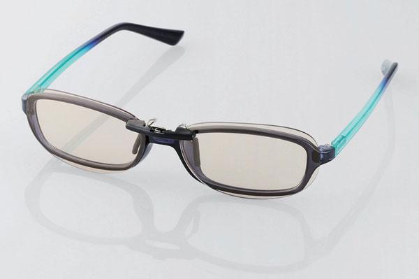 PC GLASSES(眼鏡装着タイプ)ブラウンレンズモデルの装着例。 サイズとカタチが上手く合えば、かなり違和感なく装着できそう。 image by ELECOM 【クリックして拡大】