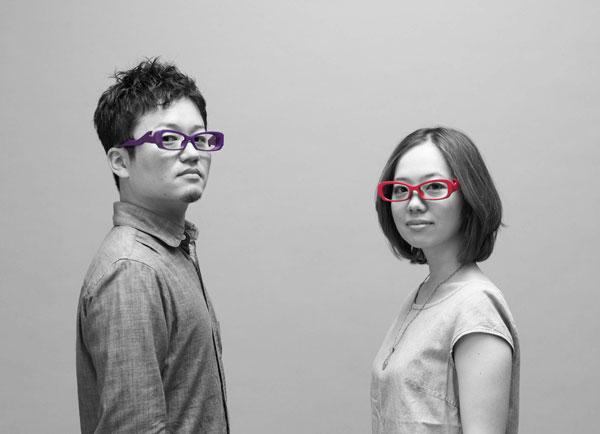 OSORO(オソロ)とは「おそろい」のこと。 2サイズ展開で、男性と女性または大人と子どもで、 同じデザインのフレームを一緒に掛けられる。