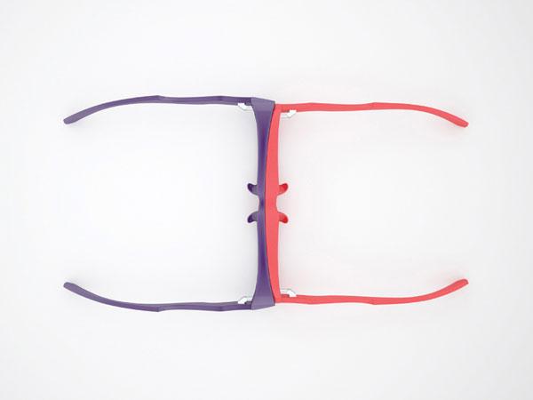 「大小サイズの異なる2つのメガネが重なりあうデザインは、 どんな時でもつながりを感じられる仕掛けとなり、 持っているだけで安心したり互いを想ったりできる。」
