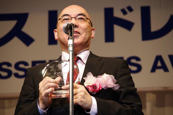 トロフィーを手に、受賞のよろこびを語る百田尚樹。 【クリックして拡大】